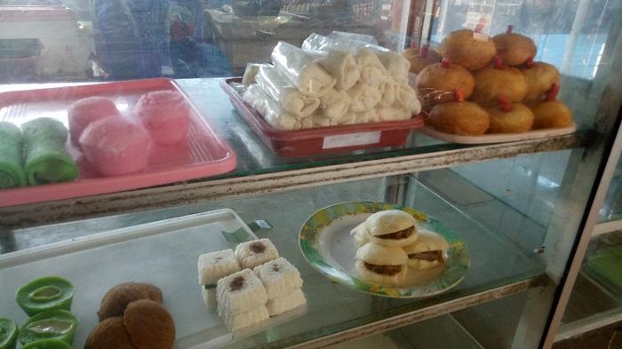 Jajanan Kue Tradisional dalam Pasar Cekkeng. (foto: ist/palontaraq)