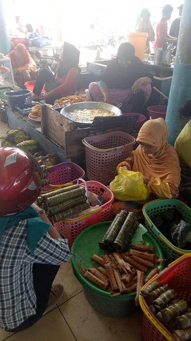 Kuliner Tradisional dalam Pasar Cekkeng. (foto: mfaridwm/palontaraq)