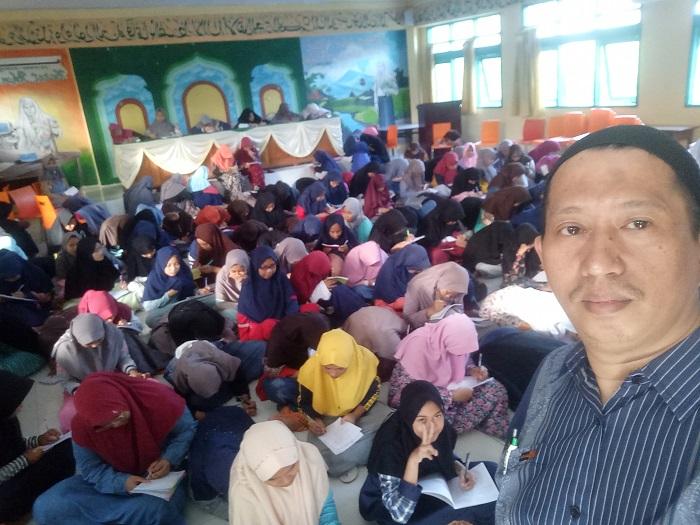 Ratusan santriwati menulis surat untuk Pelajar Lombok. (foto: ist/palontaraq)