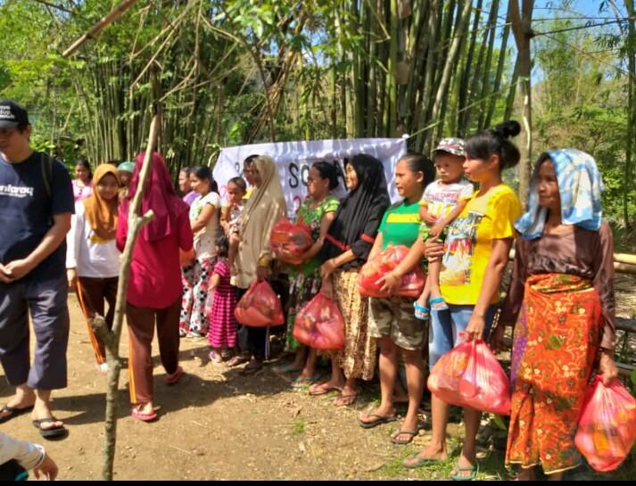 Para penerima bantuan Baksos dari santriwati di Kampung Tiu. (foto: ist/palontaraq)