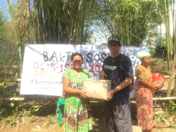 Penyerahan Bantuan oleh Humas Ponpes Putri IMMIM Pangkep (foto: ist/palontaraq)