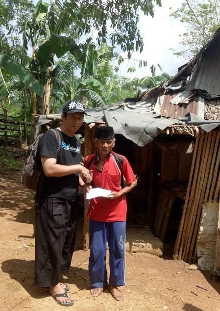 Salah satu warga Kampung Pattalassang, Kalabbirang, Wa' Dalle yang mendapat bantuan. (foto: pakkai/palontaraq)