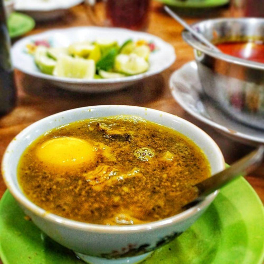Pallubasa serigala lebih nikmat dengan tambahan kelapa goreng sangrai dan kuning telur. (foto: ist/palontaraq)