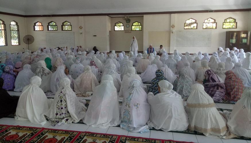 Santri Perempuan dalam suatu taklim di Mesjid. (foto: mfaridwm/palontaraq)