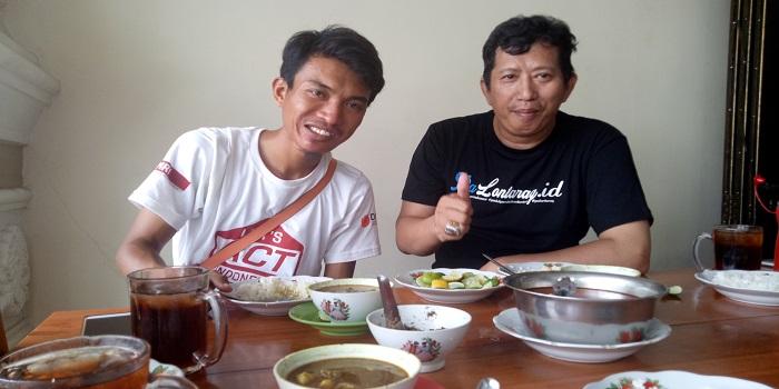 Menjamu Teman dengan Sajian Pallubasa di Jalan Serigala. (foto: ardi/palontaraq)