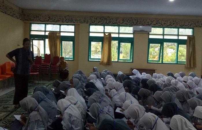 Menuntut Ilmu Agama. (foto: ist/palontaraq)