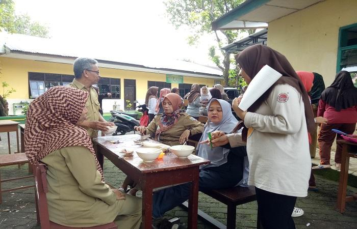 Para guru disajikan kuliner hasil kreasi santri dan diminta memberikan penilaian. (foto: mfaridwm)