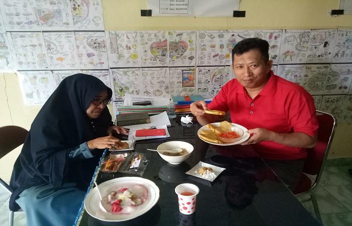 Kepala Kepesantrenan, Dra Nurhudayah dan Humas Pesantren, M. Farid mencoba hasil kreasi kuliner santriwati. (foto: azimah)