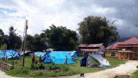 Warga membangun tenda-tenda pengungsian di lapangan pasca dua pekan Mamasa diguncang gempa. (sumber foto: newsdetik.com)