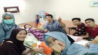 Para Relawan ARPS menjenguk Kayla, korban gempa Palu yang dirawat di Lontara II RS Wahidin SH. (foto: ist/tiwiccu)