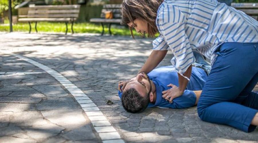 Berikan Pertolongan pertama pada Orang terkena stroke dengan tindakan tepat sesuai ilmu. (foto:klikdokter)