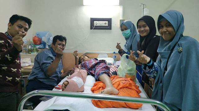 Nur Pratiwi Alimuddin (paling kanan) bersama relawan lainnya saat menjenguk salah seorang korban gempa Palu, Sulawesi Tengah yang dirawat di RSWS Makassar. (foto: ist/palontaraq)