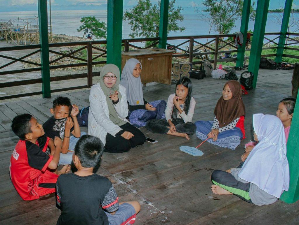 Syarifah Kamelia Assagaf dalam kegiatan Kelas Inspirasi Pangkep. (foto: ist/palontaraq)