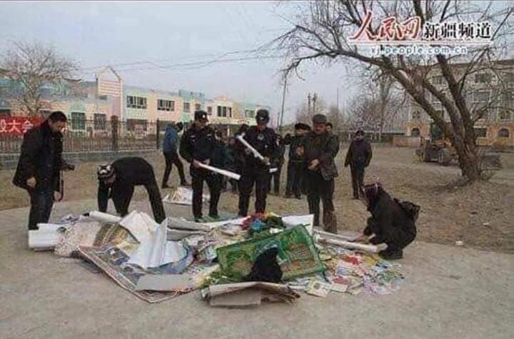 Penghancuran dan Pembakaran Alqur'an, sajadah, dan peralatan ibadah muslim Uyghur lainnya oleh Pemerintah Komunis Cina. (ist/palontaraq)