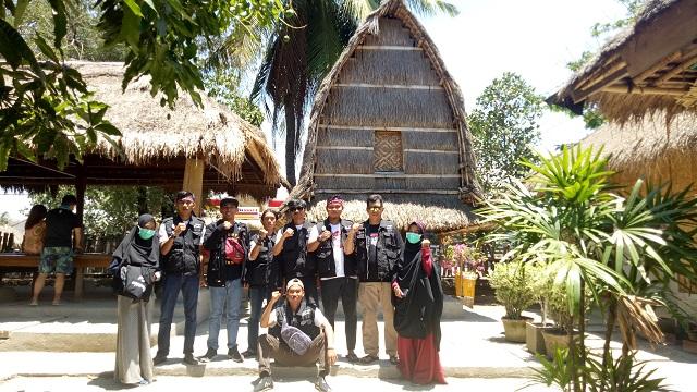Nur Inda Rusli bersama relawan ARPS-MRI lainnya seusai menyelesaikan pengabdiannya di Lombok, NTB. Foto bersama di Dusun Sade, Lombok Tengah. (foto: ist/palontaraq)