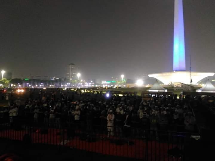 Suasana subuh hari di Lokasi Monas, saat Reuni akbar 212, Jakarta (2/12). (foto: ist/palontaraq)