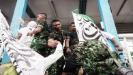 Prajurit TNI membantu peserta kegiatan Reuni 212 yang hendak menyeberang ke Stasiun Juanda, Jakarta Pusat, dari Masjid Istiqlal, Jakarta Pusat, Ahad (2/12).