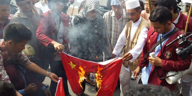 Protes Penindasan Muslim Uyghur, pendemo bakar bendera komunis china. (foto: merdeka.com)
