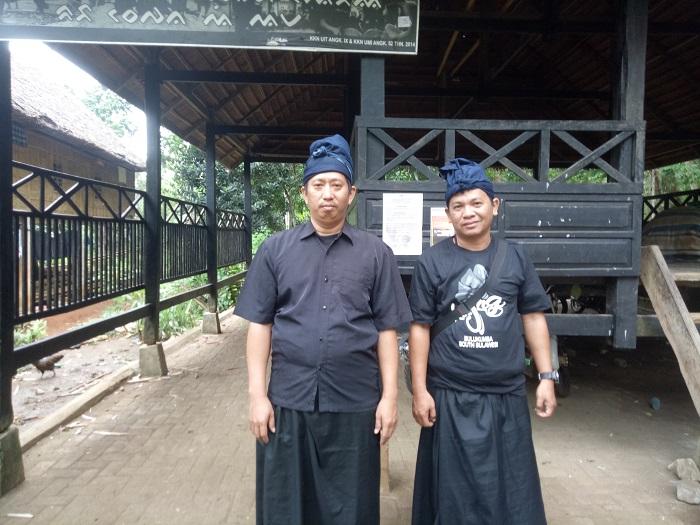 Tim Palontaraq di pintu gerbang kawasan adat Ammatoa, Kajang. (foto: hasbitube/palontaraq)