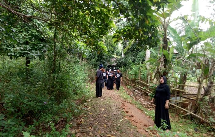 Tim Palontaraq saat menuju Rumah Kediaman Ammatoa. (foto: hasbitube/palontaraq)