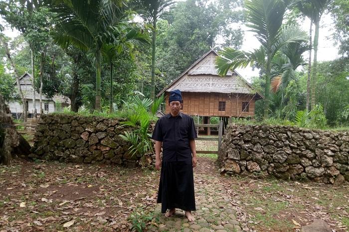 Penulis dalam Kawasan Adat Ammatoa Kajang, berada di depan rumah pertemuan (a'borong) bagi masyarakat Kajang. (foto: hasbitube/palontaraq)