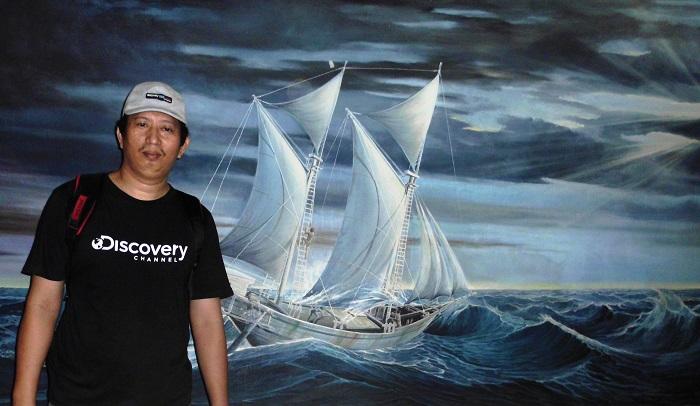Penulis dalam Museum Budaya, dengan latar belakang Perahu Phinisi tangguh mengarungi samudera. (foto: ist/palontaraq)