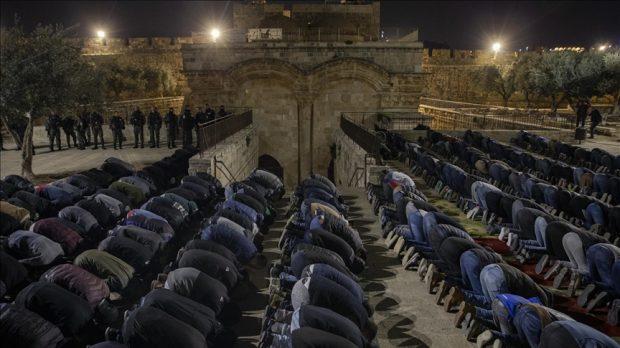 Aksi Shalat Isya di depan Mesjid Al-Aqsha