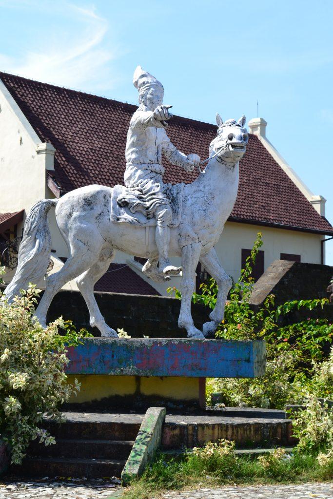 Patung Sultan Hasanuddin depan Fort Rotterdam. (foto: mfaridwm/palontaraq)