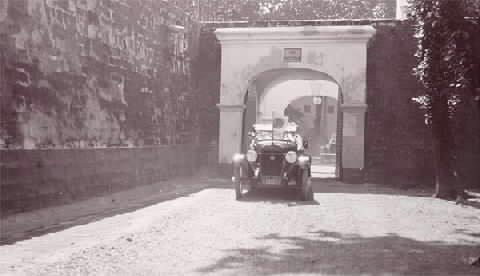 Gouverneur-generaal D. Fock verlaat per auto Fort Rotterdam