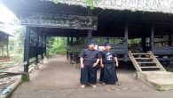 "[caption id=""attachment_6833"" align=""aligncenter"" width=""700""] The author at the traditional gate of the Ammatoa Kajang area. (foto: hasbi/palontaraq)[/caption]"
