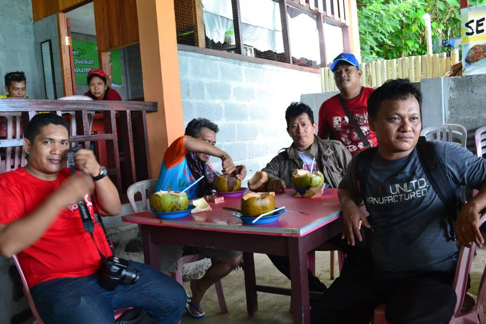Penulis bersama pengunjung Bunaken lainnya. (foto: ist/palontaraq)