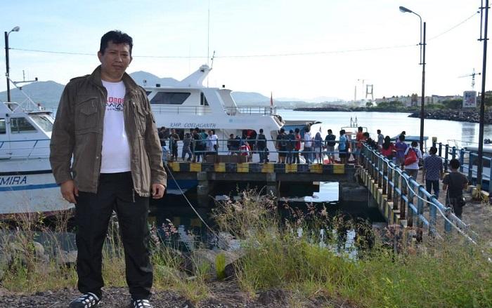 Penulis di Pelabuhan Kota Menado sebelum bertolak ke Bunaken. (foto: ist/palontaraq)