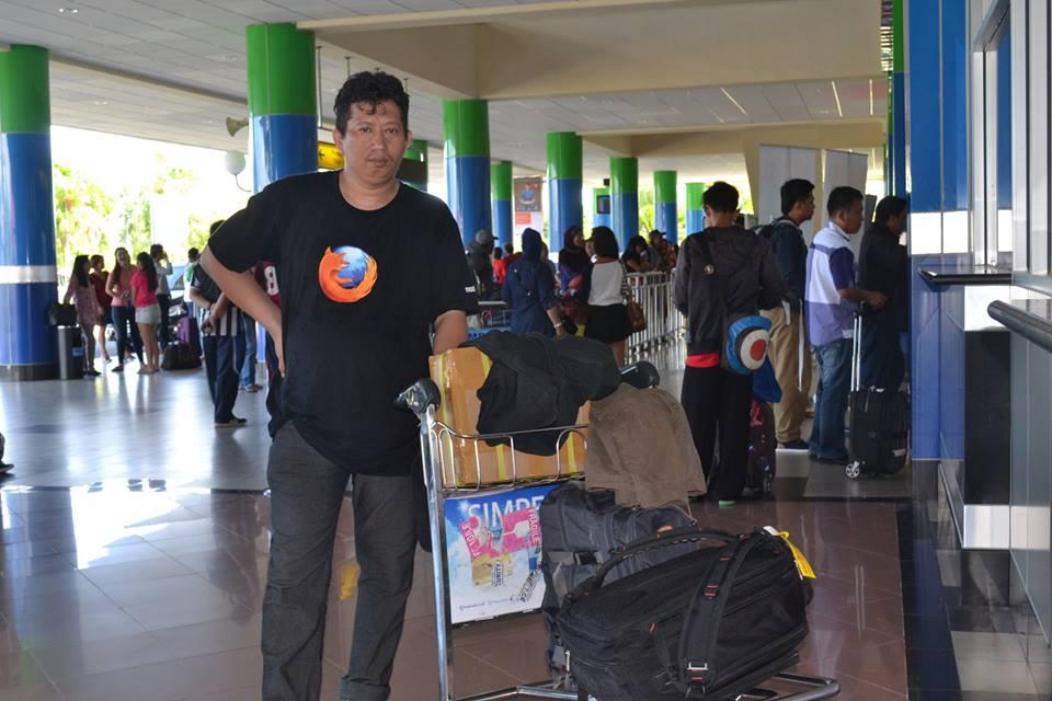 Penulis di Bandar Udara Samratulangi, Menado. (foto: ist/palontaraq)