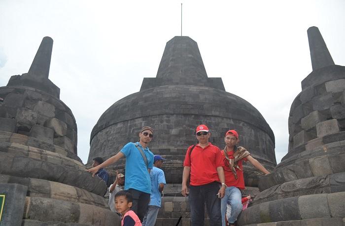 Penulis di Candi Borobudur (baju merah). (foto: ist/palontaraq)