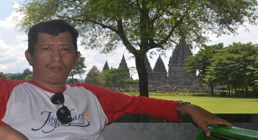 Penulis di kompleks Candi Prambanan, Jawa Tengah. (foto: ist/palontaraq)