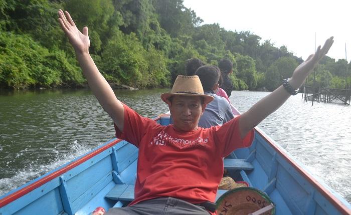Penulis menelusuri Sungai Pute, Rammang-rammang, Maros, Sulsel. (foto: ist/palontaraq)