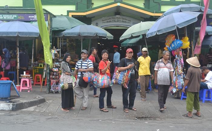 Penulis di depan Pasar Beringharjo, Yogyakarta. (foto: ist/palontaraq)