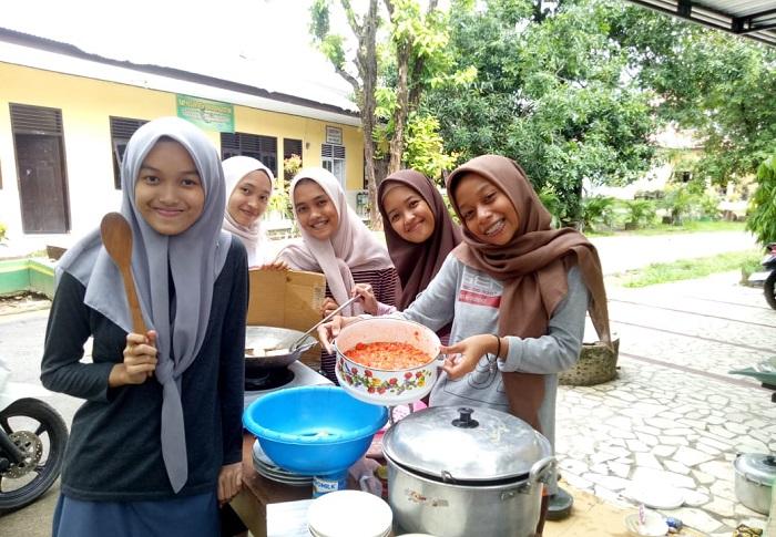 Selain harus memiliki kecakapan berbahasa asing dan piawai dalam berbagai kesenian, para santriwati juga bisa mahir memasak (praktek prakarya). (foto: ist/palontaraq)