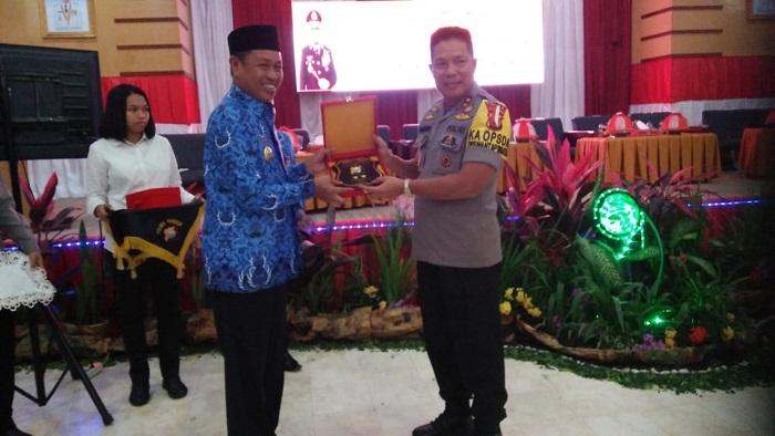 Kapolda Sulsel Irjenpol Drs H. Hamidin bertukar cenderamata dengan Bupati Pangkep, H. Syamsuddin A. Hamid. (foto: ist/palontaraq)