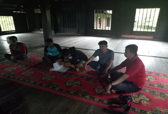 Penulis di dalam rumah adat Saoraja Lapinceng. (foto: ist/palontaraq)