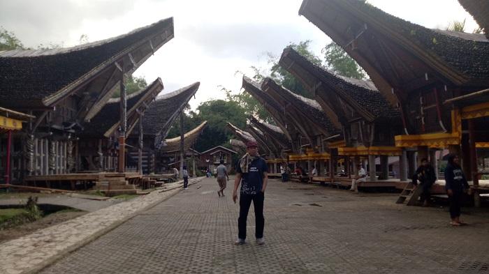 Penulis di Kawasan Adat Kete' Kesu, Tana Toraja, Sulsel. (foto: hasbi/palontaraq)