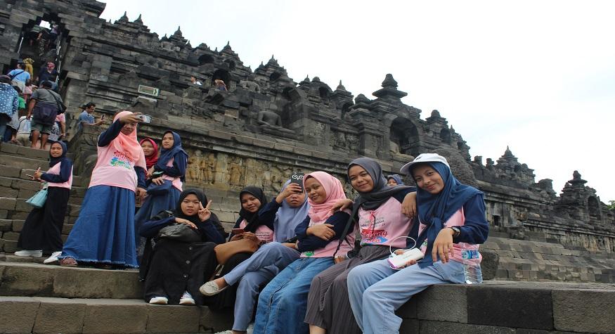 Peserta Studi Comparative dari berbagai daerah di Indonesia kerapkali menjadikan Candi Borobudur sebagai destinasi. (foto: ist/palontaraq)