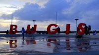 "Tulisan ""Bugis"" di Pantai Losari, Kota Makassar. (foto: ist/palontaraq)"