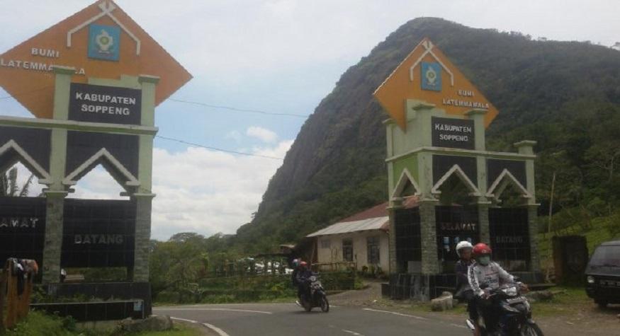 Pintu gerbang Kabupaten Soppeng. (foto: ist/palontaraq)