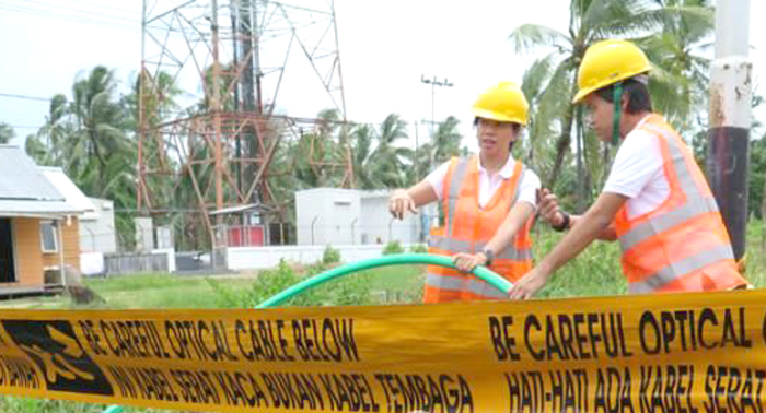 Pembangunan jaringan kabel serat optik. (foto: ist)