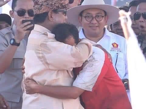 Prabowo memeluk Rizal. (foto: BPN Prabowo-Sandi)