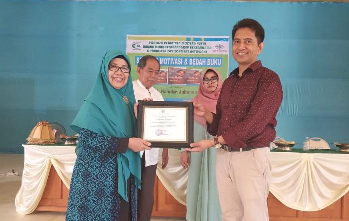 """Prof Hamdan Juhannis menerima tanda penghargaan dan ucapan terima kasih dari Ketua YASDIC IMMIM Pangkep usai seminar motivasi dan bedah buku """"Melawan Takdir"""". (foto: mfaridwm/palontaraq)"""