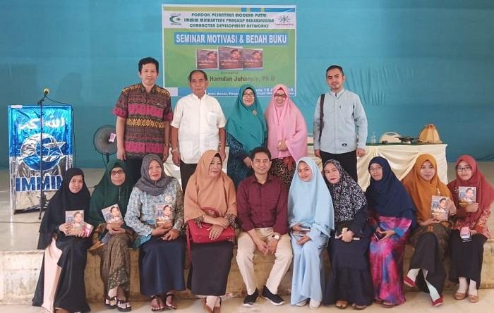 Prof Hamdan Juhannis dan Para Guru/Pengasuh Ponpes Modern Putri IMMIM Pangkep. (foto: ist/palontaraq)