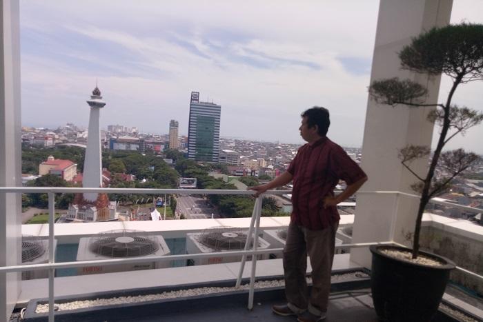Penulis di salah satu hotel di Kota Makassar. (foto: ist/palontaraq)