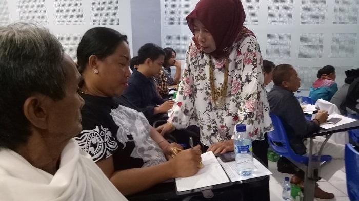Prof Nurhayati Rachman berbincang-bincang dengan para bissu yang turut hadir dalam launching Digitalisasi Naskah La Galigo. (foto: mfaridwm/palontaraq)